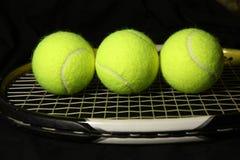 Kugel des Tennis 3 auf dem Schläger Lizenzfreie Stockbilder