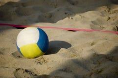 Kugel des Volleyballs im beac Stockfotografie