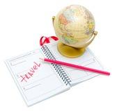 Kugel, ein Notizbuch und Bleistift auf weißem Hintergrund stockfotografie