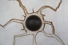 Kugel in einer Wand stockfotos
