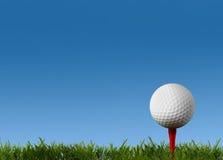 Kugel für ein Golf auf einem grünen Rasen Stockfotografie