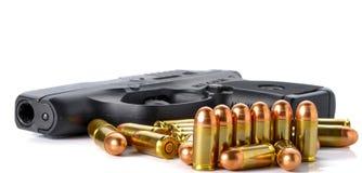 Kugel, Gewehr auf weißem Hintergrund Stockfotografie