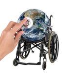 Kugel im Rollstuhl mit dem Stethoskop, welches das Konzept darstellt Stockfotografie