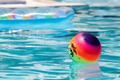 Kugel im Schwimmbad Lizenzfreies Stockbild