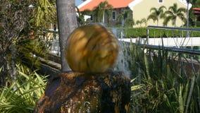 Kugel kamienia lub fontanny sfery fontanny spining wodnego wystrój ogród w plenerowym zdjęcie wideo