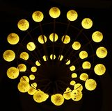 Kugel-Lichter, die in Dunkelheit glühen lizenzfreies stockbild