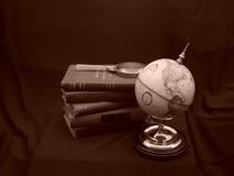 Kugel mit BücherSepia Stockfoto