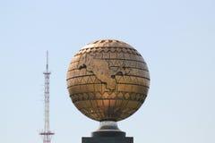 Kugel mit Uzbekistan und alter Fernsehapparat ragen in Taschkent hoch Lizenzfreie Stockfotos