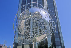 Kugel-Skulptur vor Trumpf-internationalem Hotel und Turm auf 59. Straße, New York City, NY Stockbilder