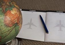 Kugel, Stift und Notizbuch auf Tabelle Lizenzfreie Stockfotos