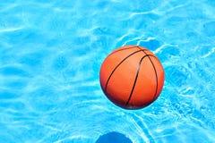 Kugel am Swimmingpool Lizenzfreie Stockbilder