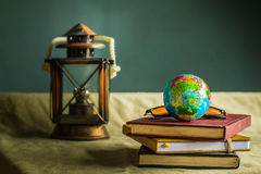 Kugel und alte Bücher Lizenzfreies Stockbild