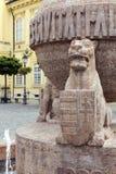 Kugel- und Kreuzstatue in Szekesfehervar, Ungarn stockbilder