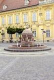 Kugel- und Kreuzstatue in Szekesfehervar, Ungarn stockfoto