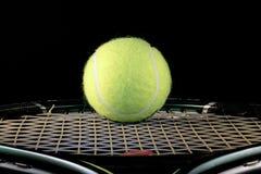 Kugel und Tennisschläger Stockfotografie