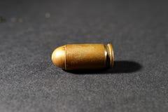 Kugel von einem Gewehr auf einem schwarzen Hintergrund Stockfoto