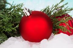 Kugeldekoration des neuen Jahres mit Weihnachtsbaum stockbild