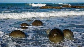 Kugelförmige Flusssteine auf Ward Beach, Neuseeland lizenzfreie stockbilder