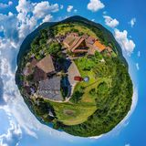Kugelförmige kleine Planetenansicht wenigen Dorfs Breitenbach im Al Stockfotos
