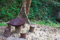 Kugelförmige Tabelle und Sitze im Park Stockbild