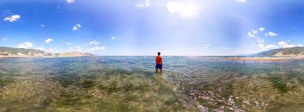 Kugelförmiger Mann des Panoramas 360, der im Meer steht Lizenzfreie Stockbilder