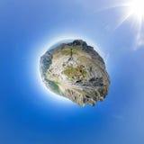 Kugelförmiges Panorama 360 bis 180, die der Mann auf die Oberseite im Berg steht Lizenzfreie Stockfotos