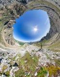 Kugelförmiges Panorama 360 bis 180, die der Mann auf die Oberseite im Berg steht Lizenzfreie Stockbilder