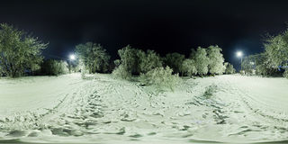 Kugelförmiges Panorama des Winterwaldes und der Straße mit Laternen an Stockbilder