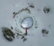 Kugelförmiges Panorama eines einsamen Mannes, der in den Bergen steht Stockfotos