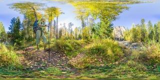 Kugelförmiges Panorama 360 Grad 180 Tourist mit einem Rucksackgehen vr Inhalt Lizenzfreie Stockfotografie