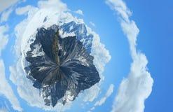 Kugelförmiges Panorama von schneebedeckten Bergen mit üppigen Wolken lizenzfreie stockfotografie