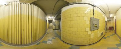 Kugelförmiges Panoramainnere verließ alten schmutzigen Korridorraum im Gebäude 360 voll durch 180 Grad in der equirectangular Pro Stockbild