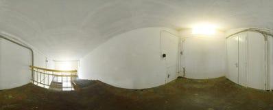 Kugelförmiges Panoramainnere verließ alten schmutzigen Korridorraum im Gebäude 360 voll durch 180 Grad in der equirectangular Pro Stockfotografie