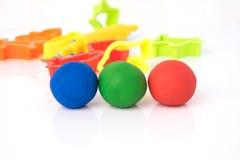 Kugelform des Spielteigs auf weißem Hintergrund Bunter Spielteig Lizenzfreies Stockbild