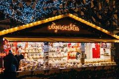 kugelhopf甜点,饼干,在圣诞节市场摊位的食物 免版税库存图片