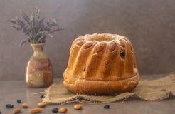 Kugelhopf, Alsace Gugelhupf traditionnel a garni avec des amandes sur le fond gris-foncé un beau dessert savoureux pour le H photo stock