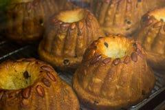 Kugelhopf-Kuchen mit Mandeln und Rosinen Lizenzfreies Stockfoto