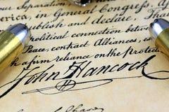 Kugeln auf Verfassungsurkunde - das Recht Waffen zu tragen Stockbilder