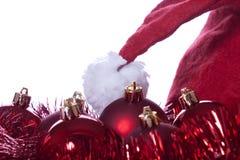 Kugeln, Bänder und Weihnachtsmann-Hut Stockfotos