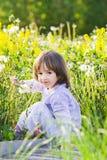 Kugeln des kleinen Mädchens und des Schlages Lizenzfreie Stockbilder