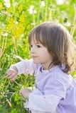 Kugeln des kleinen Mädchens und des Schlages Stockfotografie