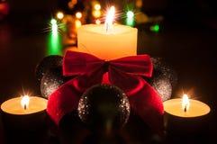 Kugeln, Kerzen und ein roter Bogen Lizenzfreie Stockbilder
