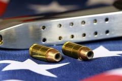 Kugeln mit Gewehr befestigen - schießen Sie Rechtkonzept Lizenzfreie Stockbilder