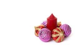 Kugeln und Kerze des neuen Jahres. Lizenzfreies Stockfoto