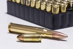 2 Kugeln unterschiedliches Kaliber vor Kugeln Lizenzfreies Stockfoto