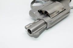 Kugelnahaufnahme auf Supermunition 38 mit einer Pistole auf weißem Hintergrund Lizenzfreie Stockbilder