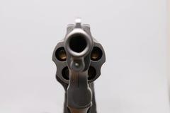 Kugelnahaufnahme auf Supermunition 38 mit einer Pistole auf weißem Hintergrund Lizenzfreie Stockfotografie