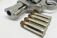 Kugelnahaufnahme auf Supermunition 38 mit einer Pistole auf weißem Hintergrund Stockfotografie