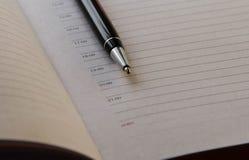 Kugelschreiber auf dem Hintergrund eines starken Notizbuches stockfotografie