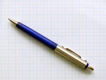 Kugelschreiber auf Zeichenpapier mit Maßeinteilung stockbild
